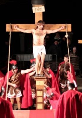Acquaviva si prepara per la tradizionale Via Crucis vivente del Venerdì Santo.